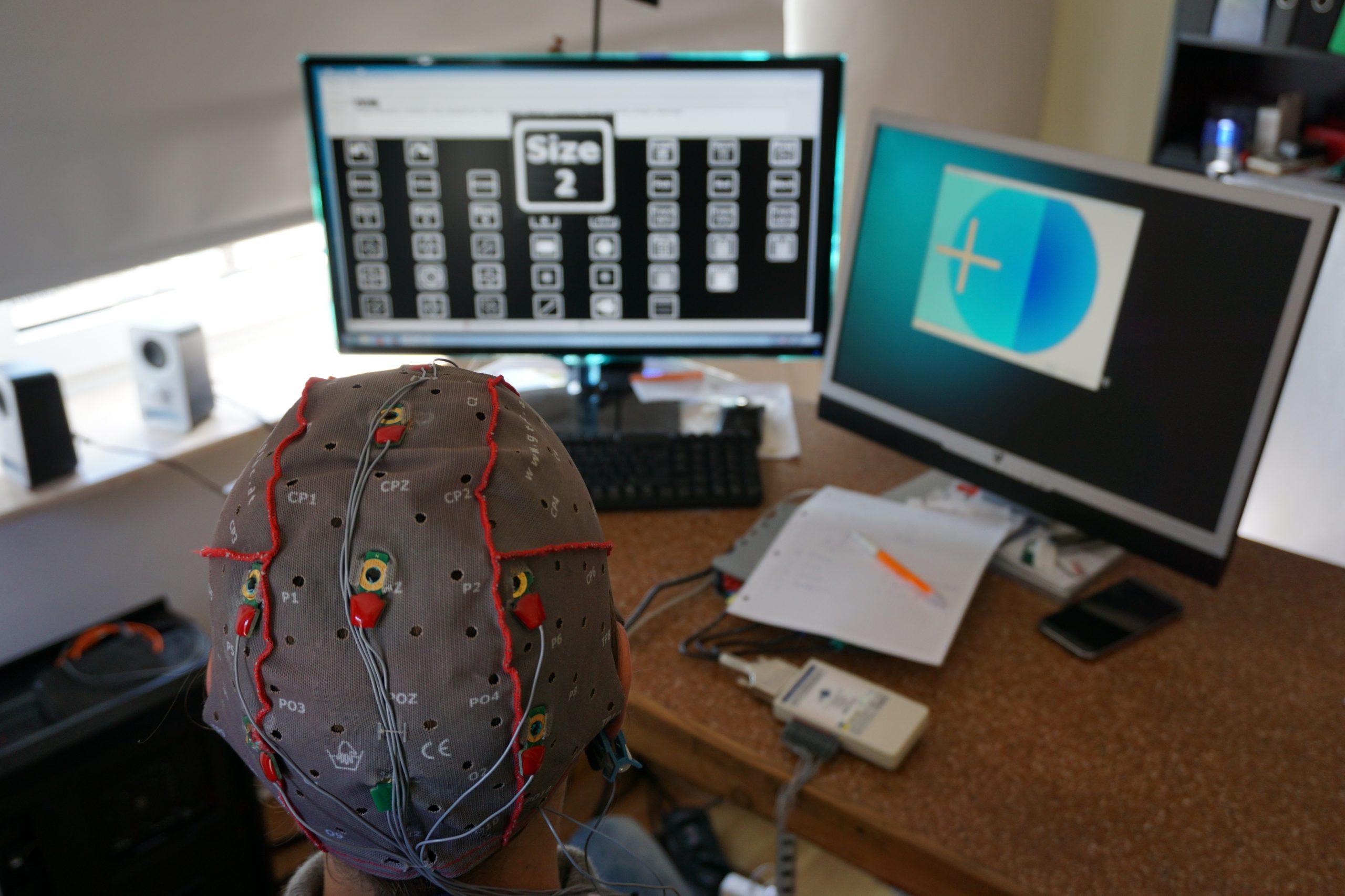 Lena Perseus performing a Brain Painting via intendiX